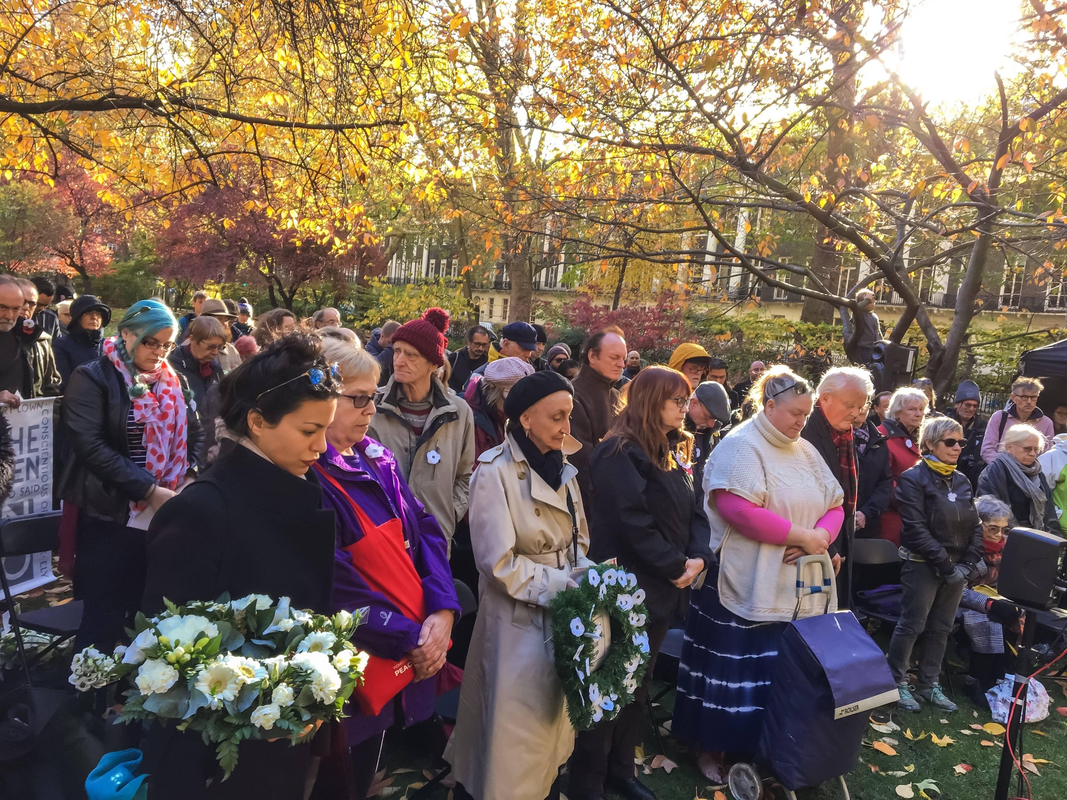 Kahden minuutin hiljaisuus ennen valkoisen unikkoseppeleen laskemista  vaihtoehtoisessa muistotilaisuudessa Lontoossa 11. marraskuuta.. Kuva: Peace Pledge Union.