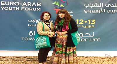 Rauhanlähettiläskoulutuksen jälkeen  Nina (oik.) on muun muassa edustanut  Rauhanliittoa Euro-Arab Youth  Forumissa Tunisiassa.
