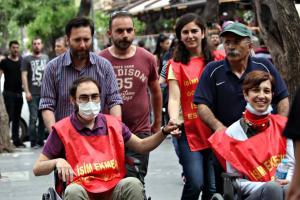 Gülmeniä ja Özakcaa kuljetetaan nälkälakon 67. päivänä, äitienpäivänä ihmisoikeuspatsaalle Ankaran keskustaan, missä heidän tukijansa odottavat heitä. Kuva: Mehmet Özer
