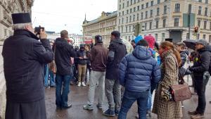 Kiirastorstain mielenosoituksessa muistettiin menehtyneitä ja vaadittiin parempaa käsittelyä turvapaikkahakemuksille. Kuva: Nora Luoma
