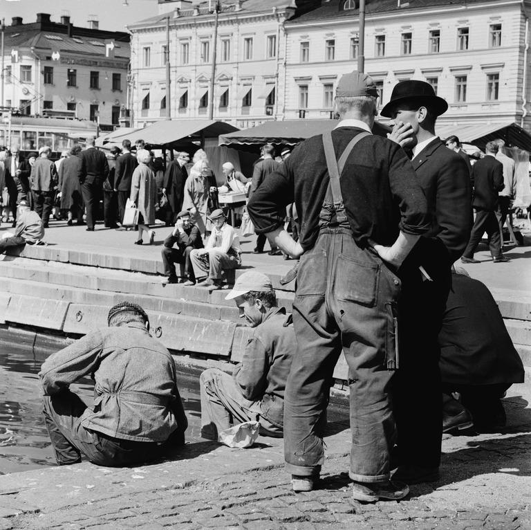 Työläisiä ruokatunnilla kauppatorilla. Kuva: Bonin von Volker, Helsingin kaupunginmuseo.