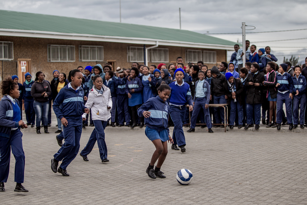 Nämä tytöt osallistuvat väkivallan vastaiseen jalkapalloon. Kuva: UN Women/Flickr