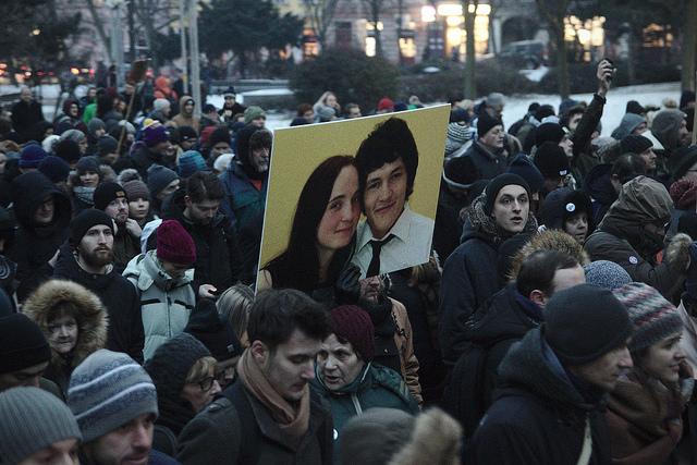 Mielenosoitus murhattujen journalisti Jan Kuciakin ja hänen kihlattunsa Martina Kušnírován muistoksi Bratislavassa.