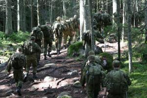 Suomalaiset sotilaat marssivat. Kuva:  Aldo van Zeeland